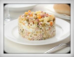 Russisch salade Olivier aardappel Huzarensalade Eenvoudige recept